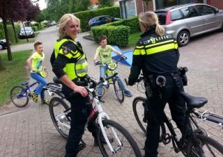 Politiedames maken een praatje met hun jonge collega's/foto Roy Nijman