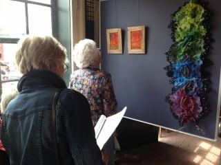 Art quilten bezoekers bekijken werk 2