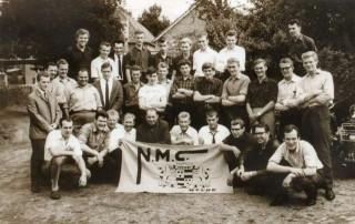 Groepsfoto leden Needse Motor Club uit 1965