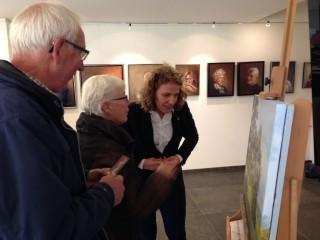 Jenneke Brunnekreeft met bezoekers Landelijk Aterlierweekend