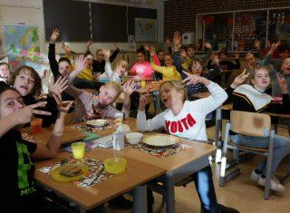 Kinderen nemen tijd voor hun ontbijt in Noordijk - Nieuws uit Berkelland